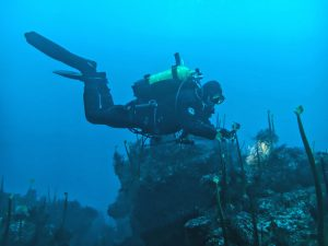Buceador en los restos del pecio Solway un barco poco conocido en Galicia
